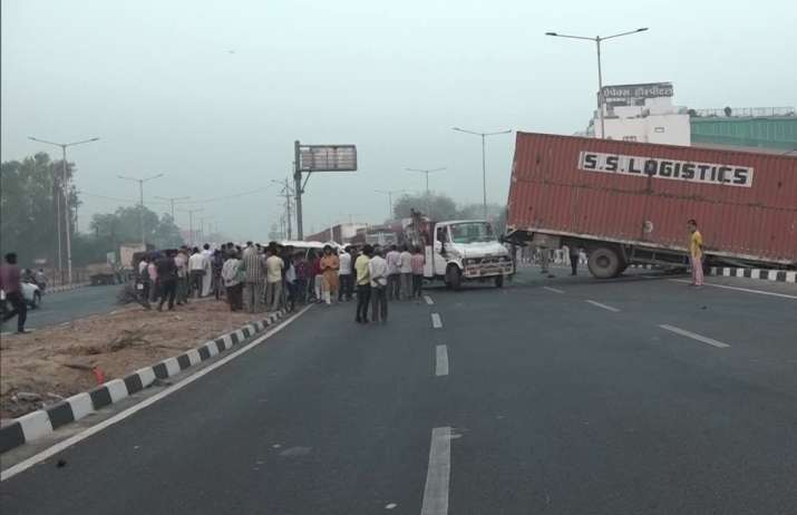 Agra: 8 killed in massive collision between truck, car