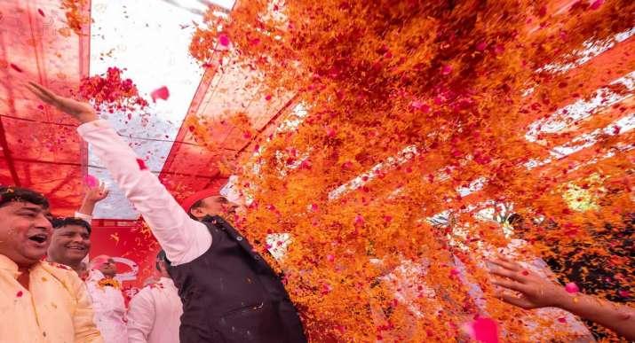 akhilesh yadav,shivpal yadav,mulayam singh yadav,samajwadi party, saiafai holi, akhilesh yadav holi