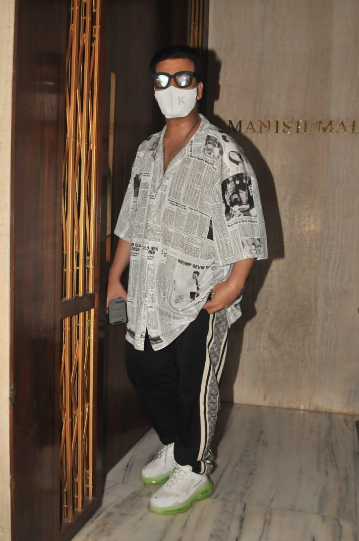 India Tv - Kareena Kapoor, Saif Ali Khan pose with Malaika, Karisma