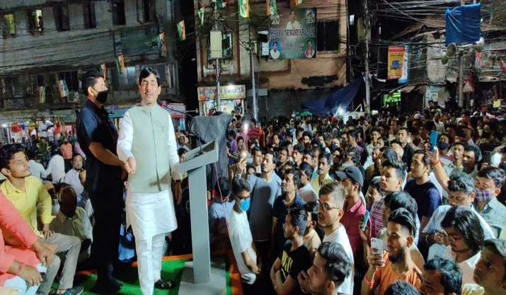 West Bengal: Stones 'pelted' at Shahnawaz Hussain in Howrah