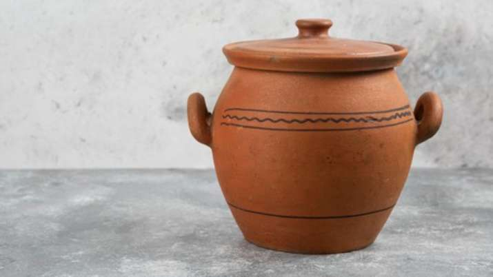 Vastu Tips: Keeping clay pot filled with water in THIS direction gives auspicious results