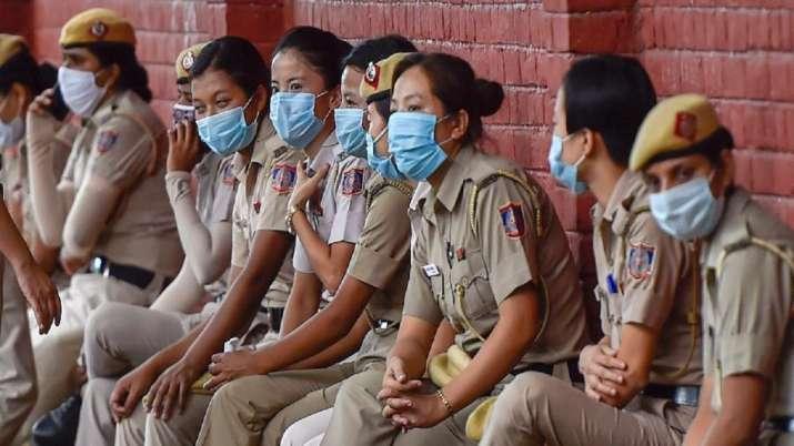 Cop, Police Lines, wearing mask, Uttar Pradesh, Bahraich, coronavirus pandemic, covid second wave, c