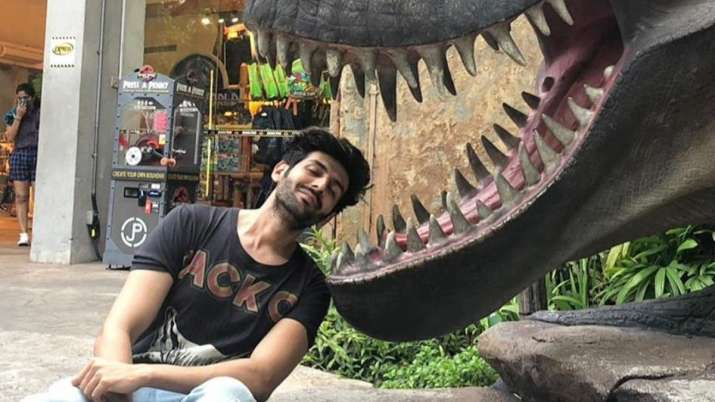 Kartik Aaryan shares witty demo of how corona slides into 'unmasked faces' | PIC