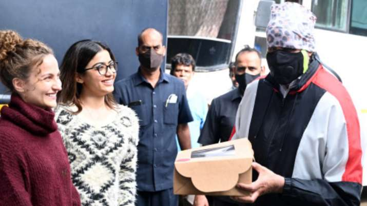 Rashmika Mandanna, Elli Avrram surprise Amitabh Bachchan with cake and flowers on Father's Day | PHO