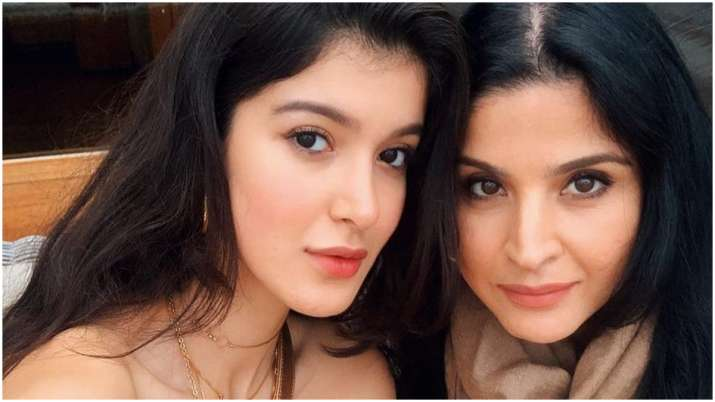 Here's how Maheep Kapoor describes Shanaya Kapoor to a person her daughter might like.