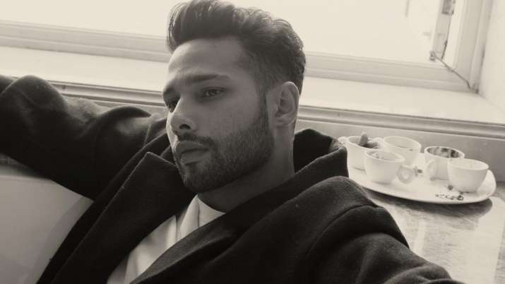 """Siddhant Chaturvedi shows off his dance moves in the latest video: """"Show Stopwatch Party Crash Want Map"""""""