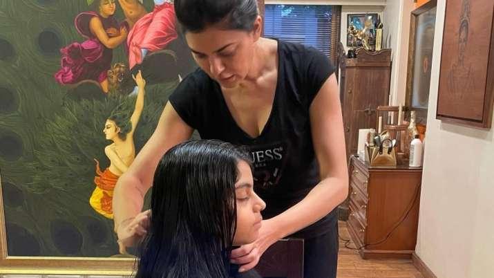 Sushmita Sen turns personal hairdresser for daughter Alisah | PIC