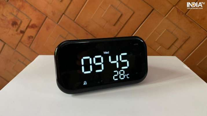 Lenovo Smart Clock Essential constantly shows the time, day