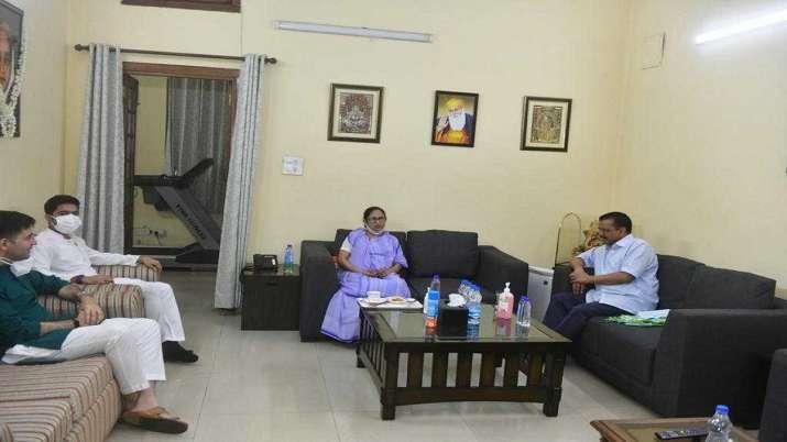 India Tv - Arvind Kejriwal meets Mamata Banerjee
