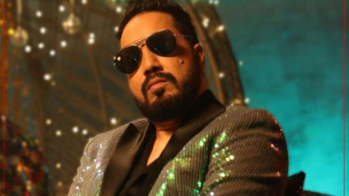 Mika Singh receives help from the Mumbaikars at 3am after the car broke down
