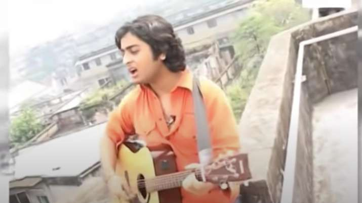 Teenage Arijit Singh singing 'Mitwa' sitting on his terrace is the best thing on internet today
