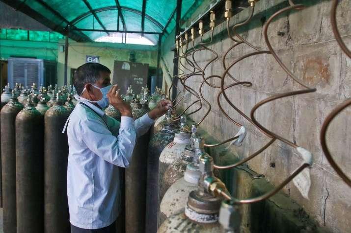 man steals O2 pipes from covid ward new delhi