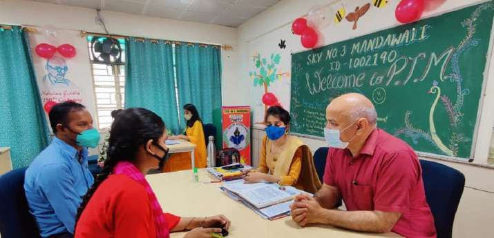 Deputy CM Manish Sisodia interacting with students and
