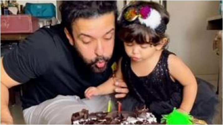 Aamir Ali with daughter
