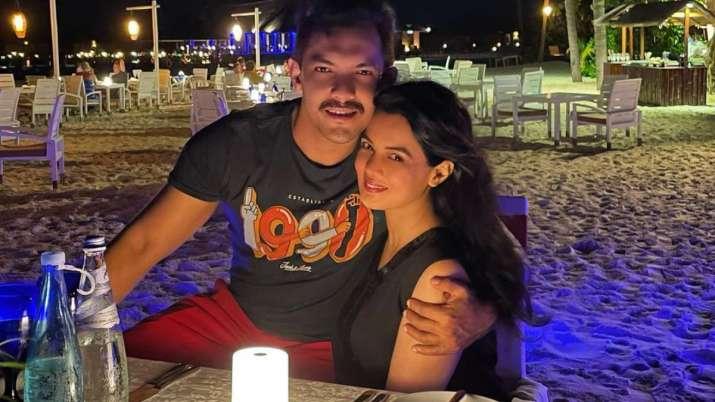 Après la finale d'Indian Idol 12, Aditya Narayan s'envole pour les Maldives avec sa femme Shweta Agarwal, partage la rom