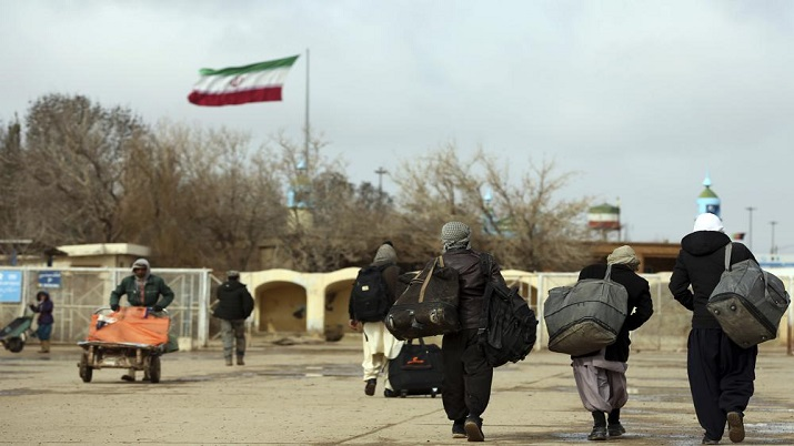 Afghans return to Afghanistan at the Islam Qala border with