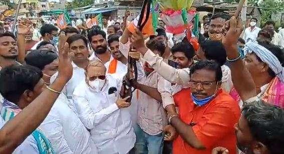 India Tv - Karnataka: Police suspends 3 cops over gun firing incident at Jan Ashirwad Yatra
