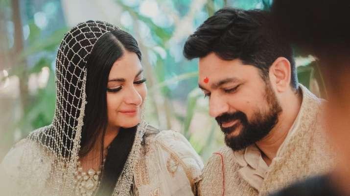 Karan Boolani fulfills Rhea Kapoor's wish to run away & marry in her living room