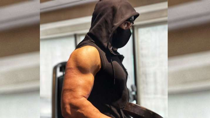 Emraan Hashmi flaunts his perfect biceps as he trains for Tiger 3, stuns fans