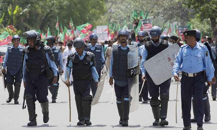 pakistan policewoman assaulted