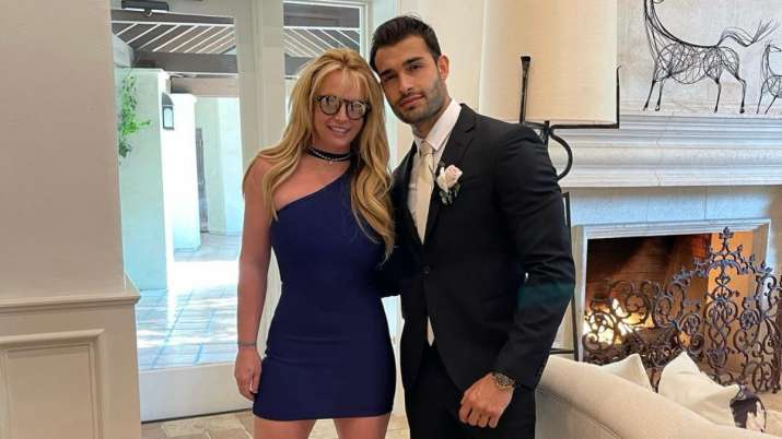Fans go in meltdown after Britney Spears' beau deletes ring post, says social media was hacked
