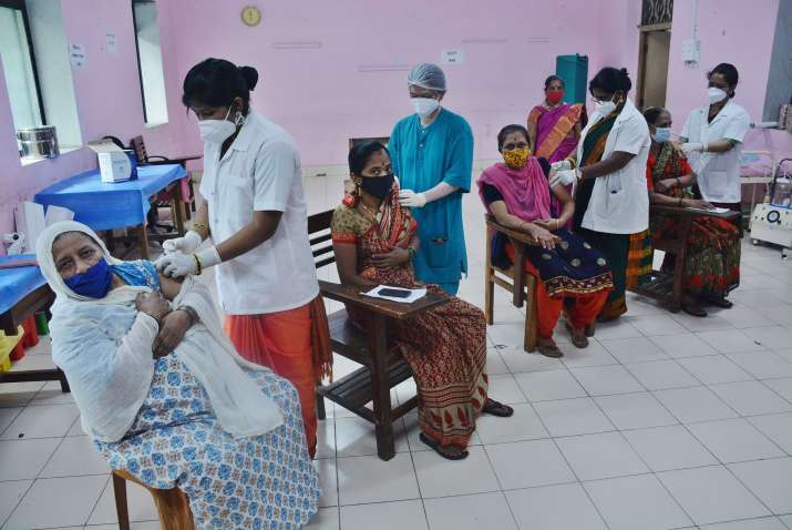 Thane: Health workers administer a dose of Covid-19 vaccine