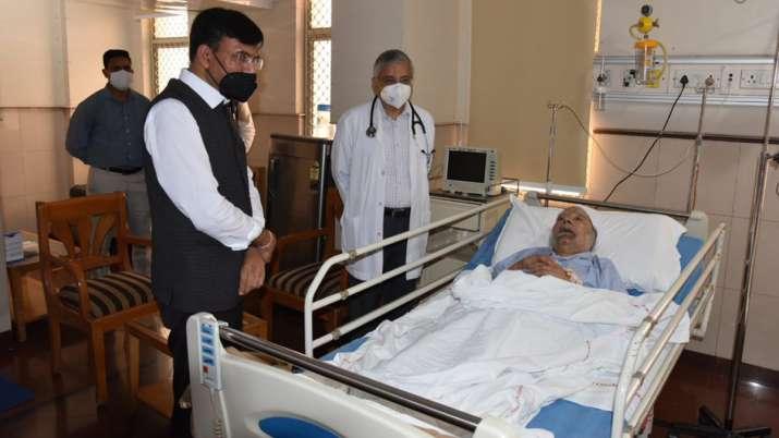 India Tv - Union Health Minister Mansukh Mandaviya meets Manmohan Singh at AIIMS