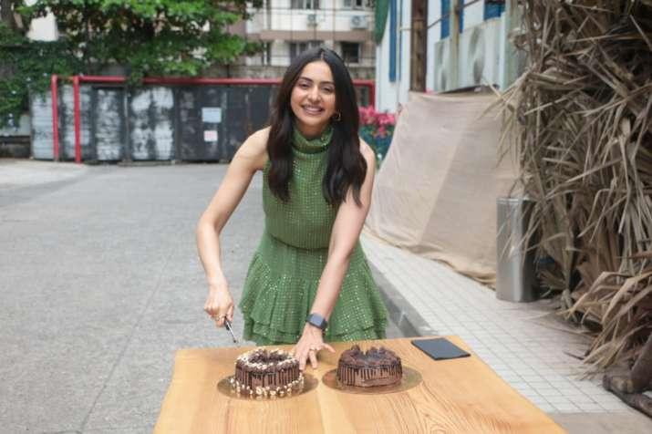 India Tv - Rakul Preet Singh celebrating birthday with paparazzi