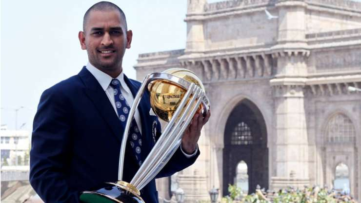 MS Dhoni posing with the World Cup trophy - India Tv
