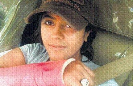 ekta injured after fall in a mumbai pothole