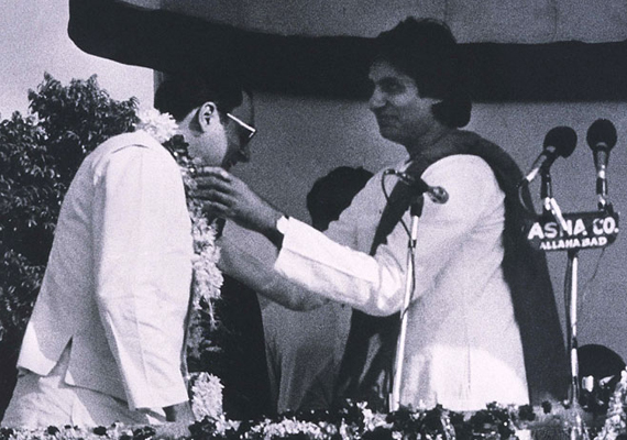 ties with gandhi family still intact says amitabh bachchan