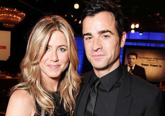 theroux wants aniston to invite her mom for wedding