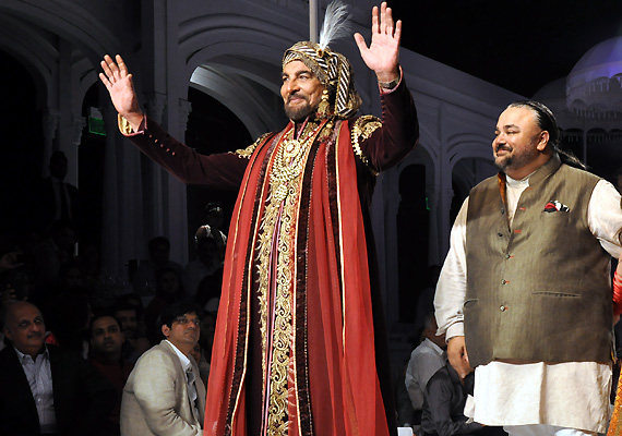 show stopper kabir bedi begs jj valaya to give him away the