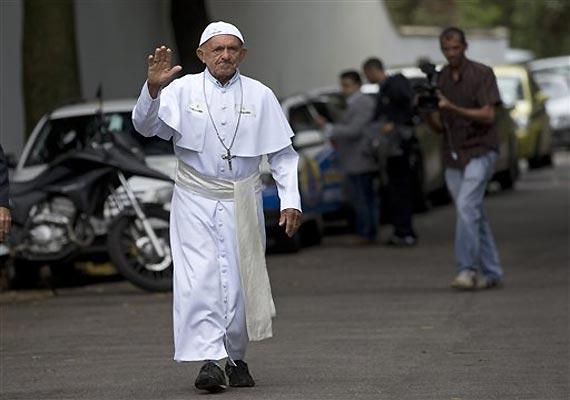 chaos among pilgrims as rio metro breaks down amid pope
