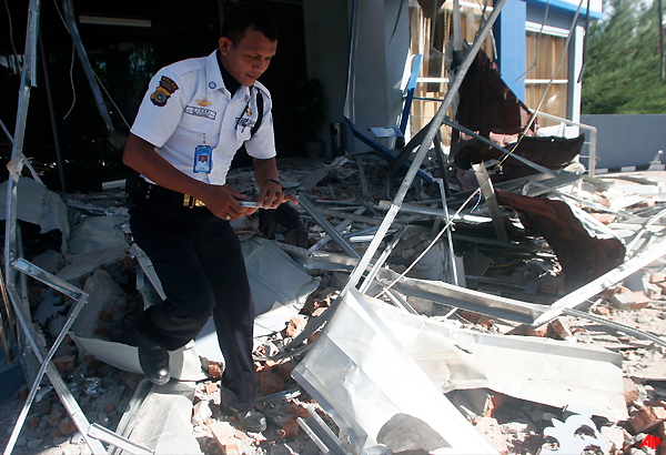 five died in massive indonesian quake say officials