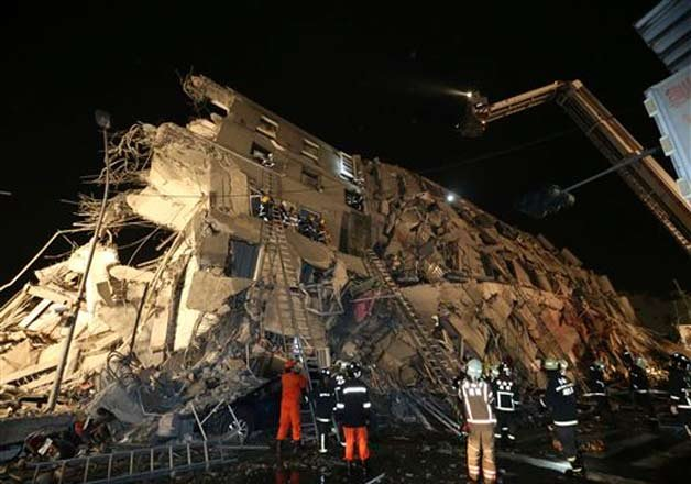 7 dead hundreds rescued and injured as quake rattles taiwan