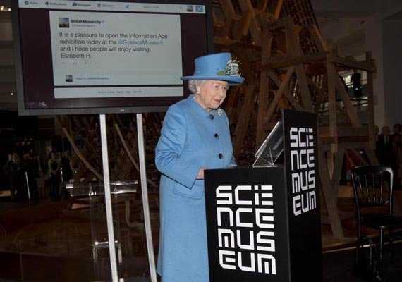 queen sends her first tweet signed elizabeth r