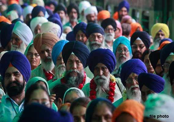 over 1000 indian sikhs arrive in pakistan for guru nanak