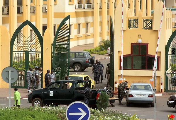 mali junta shuts borders after coup president safe