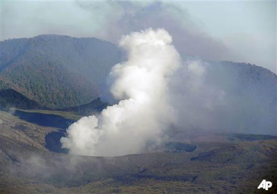 thousands flee as indonesian volcano erupts