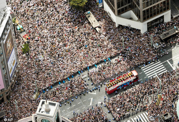 thousands cheer japan s olympic medalists in parade