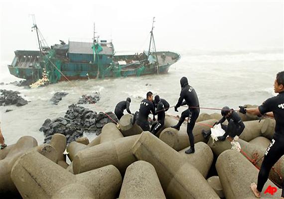typhoon pounds south korea smashes ships 8 dead