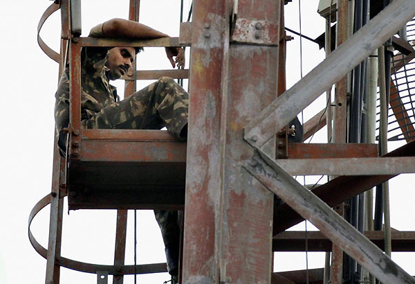 armyman still atop mobile tower