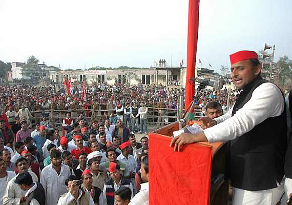 congress too clever in committing scams says akhilesh