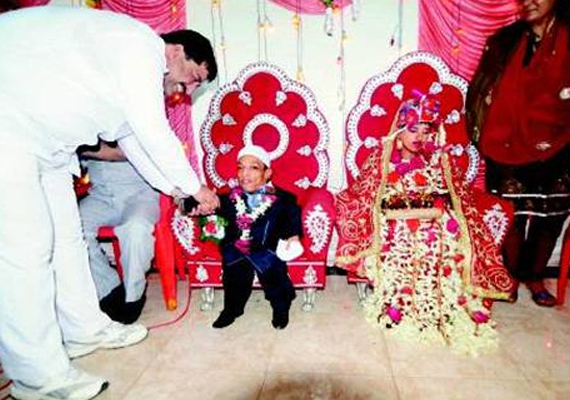 Five Feet Tall Girl Marries 2 Feet Tall Man Says It S Love At First Sight India News India Tv
