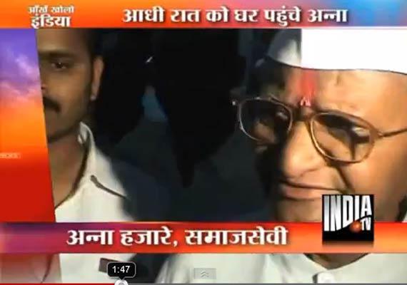anna hazare gets hero s welcome at ralegan siddhi