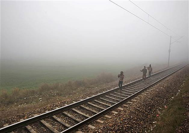 fog delays 48 trains in delhi