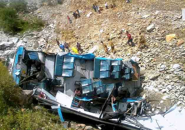 9 killed 8 injured in bus accident in Himachal Pradesh