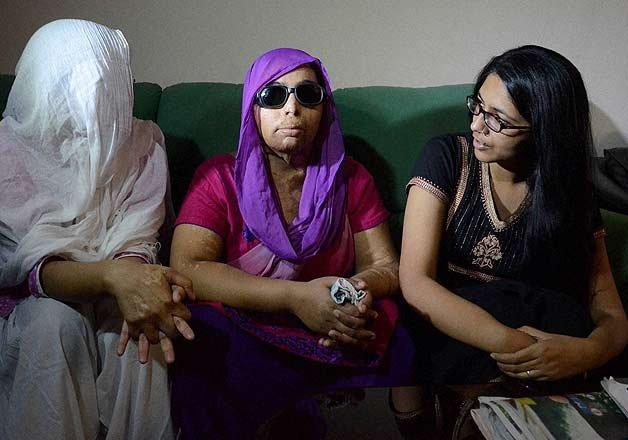 swati maliwal meets acid attack victims assures support
