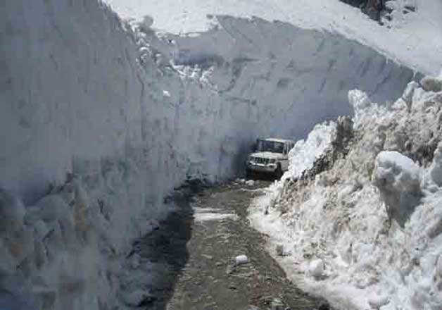 snow covered rohtang pass closed for traffic